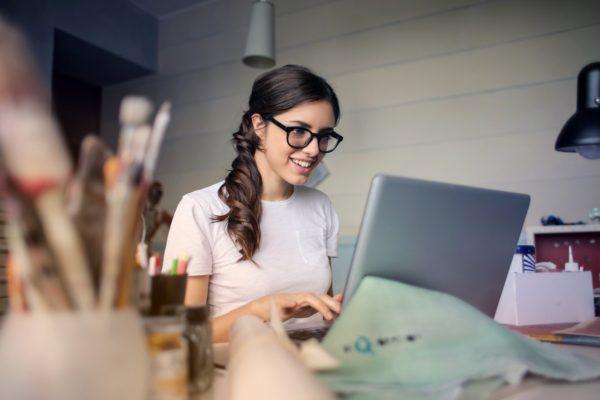 Como escolher o próximo destino de trabalho e que documentos levar? (Foto de Andrea Piacquadio no Pexels)