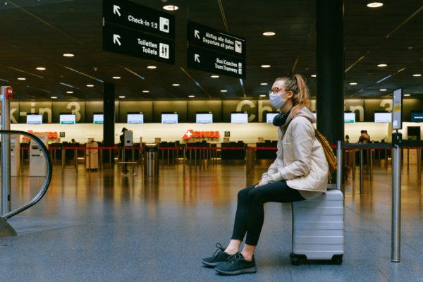 Embalando roupas para viagens: como se organizar como uma profissional (Foto de Anna Shvets no Pexels)
